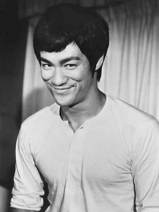 Bruce Lee en 1973 en la película Fists of Fury. Fuente: National General Pictures - eBay front back