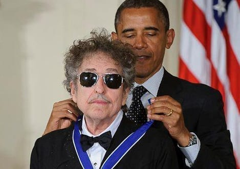 1President Barack Obama presents American musician Bob Dylan with a Medal of Freedom