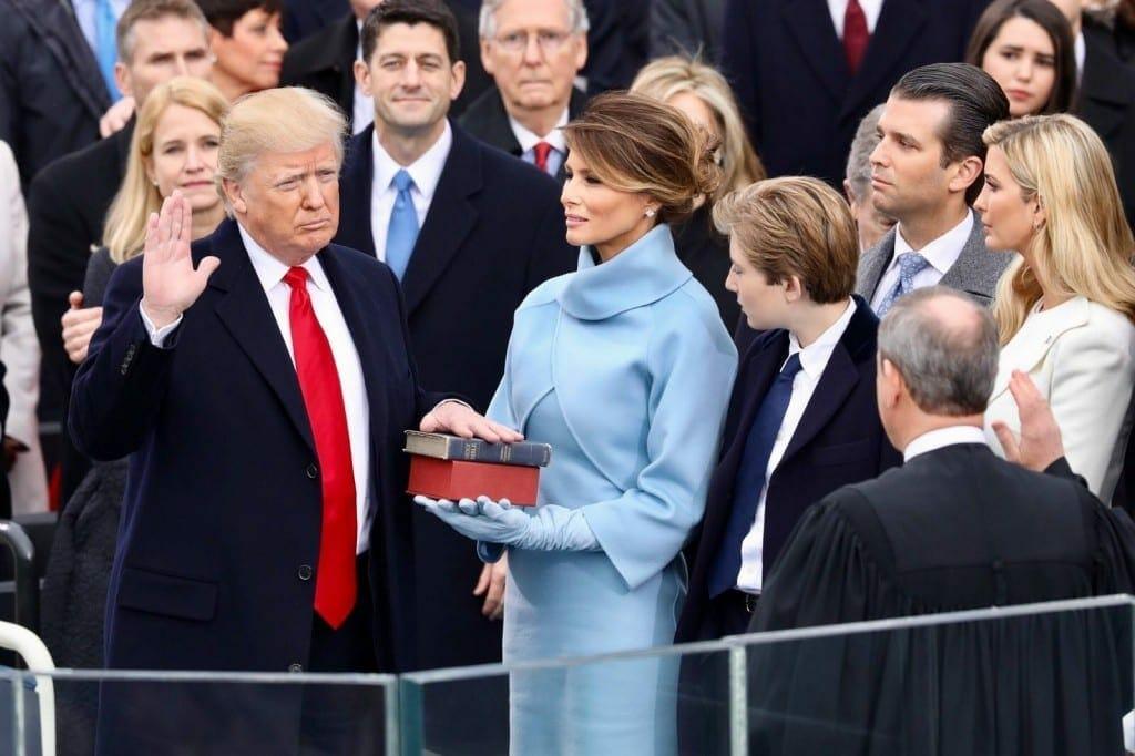 Trump jurando al cargo de presidente, el 20 de enero de 2017. Fuente: The White House