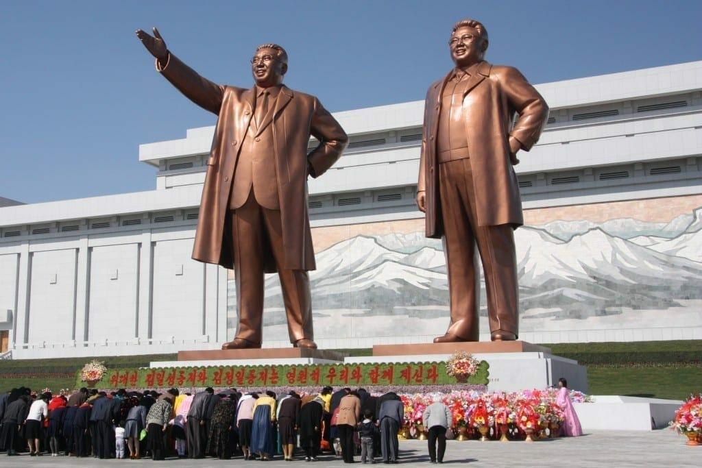 Kim Il Sung (izquierda) y Kim Jong Il. Fuente: Wikipedia.