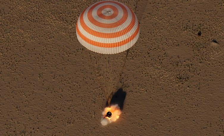 Momento en el que la nave Soyuz tocaba suelo en tierras de Kazajstán. Image Credit: NASA