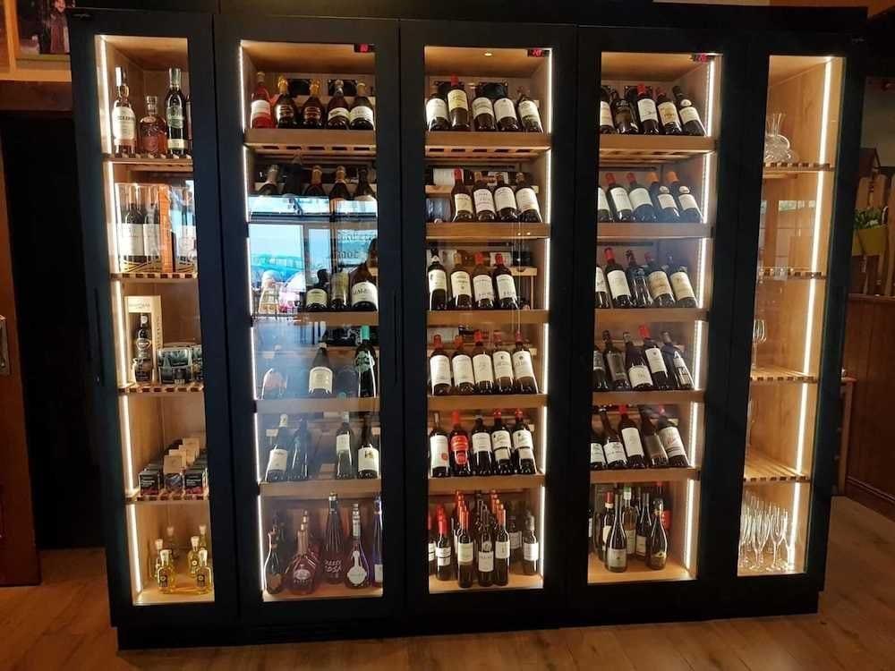 1543579894 comprar vinotecas