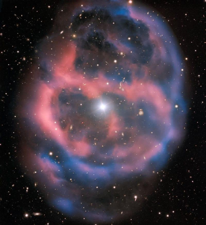 El débil y efímero resplandor que emana de la nebulosa planetaria ESO 577-24 permanece durante muy poco tiempo, alrededor de 10 000 años, un abrir y cerrar de ojos en términos astronómicos. Image Credit: ESO