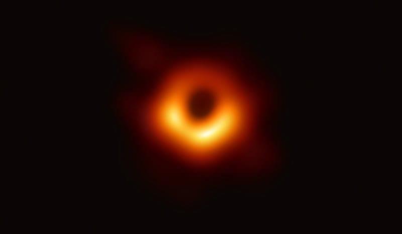 El Telescopio de Horizonte de Sucesos (EHT, Event Horizon Telescope), un conjunto de ocho telescopios basados en tierra distribuidos por todo el planeta y formado gracias a una colaboración internacional, fue diseñado para captar imágenes de un agujero negro. En ruedas de prensa coordinadas por todo el mundo, los investigadores del EHT han revelado que han logrado obtener la primera evidencia visual directa de un agujero negro supermasivo y su sombra. Créditos: Event Horizon Telescope collaboration et al