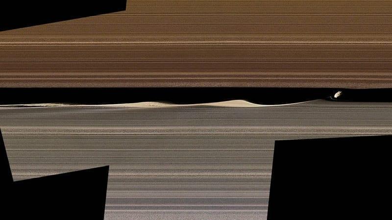 Un mosaico de imágenes en color falso muestra a Daphnis, una de las lunas con anillos incrustados de Saturno, y las ondas que levanta en la brecha de Keeler. Las imágenes recopiladas por las órbitas cercanas de Cassini en 2017 ofrecen nuevas perspectivas sobre el complejo funcionamiento de los anillos. Image Credit: NASA/JPL-Caltech/Space Science Institute