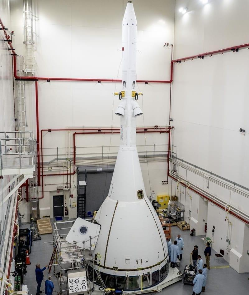 La estructura de aborto de Orión, parecida a una torre, está diseñada específicamente para misiones en el espacio profundo y para viajar en un cohete de alta potencia. Image Credit: NASA