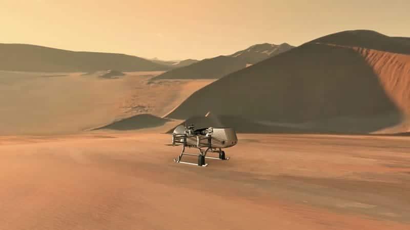 Durante su misión de 2,7 años, Dragonfly explorará diversos entornos, desde dunas orgánicas hasta el suelo de un cráter de impacto donde el agua líquida y los materiales orgánicos complejos, claves para la vida, alguna vez existieron juntos durante miles de años. Image Credit: NASA/JHU-APL