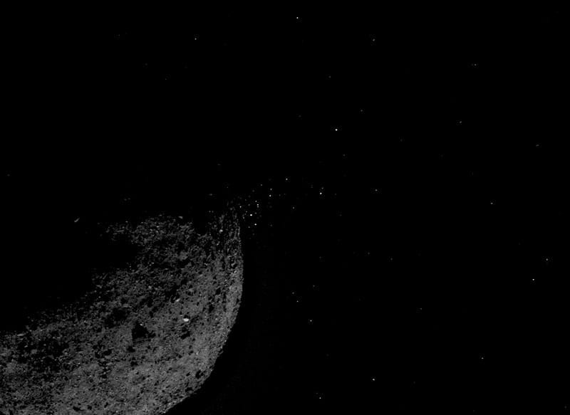 Esta imagen del asteroide Bennu expulsando partículas de su superficie fue captada por la sonda espacial OSIRIS-REx de la NASA el pasado 6 de Enero. Crédito de la imagen: NASA/Goddard/Universidad de Arizona/Lockheed Martin