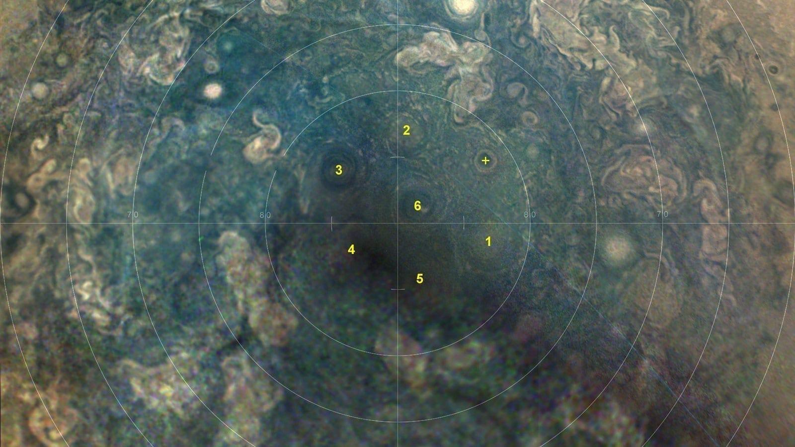 Esta imagen compuesta de luz visible tomada por la cámara JunoCam a bordo de la nave espacial Juno de la NASA el 3 de Noviembre de 2019, muestra que un nuevo ciclón en el polo sur de Júpiter se ha unido a otros cinco ciclones para crear una forma hexagonal alrededor de un gran ciclón único. Créditos: NASA/JPL-Caltech/SwRI/MSSS/JunoCam