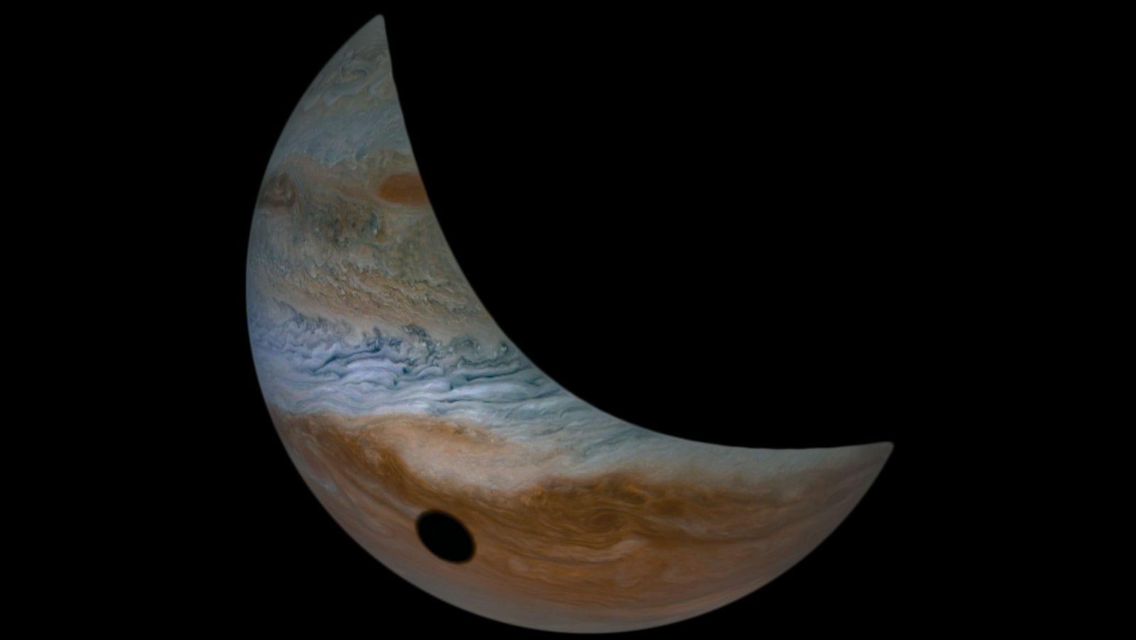 La luna de Júpiter, Io, proyecta su sombra sobre Júpiter cada vez que pasa frente al Sol, tal y como se ve desde Júpiter. Créditos: Datos de imagen: NASA JPL-Caltech/SwRI/MSSS Procesamiento de imagen por Tanya Oleksuik, © CC BY