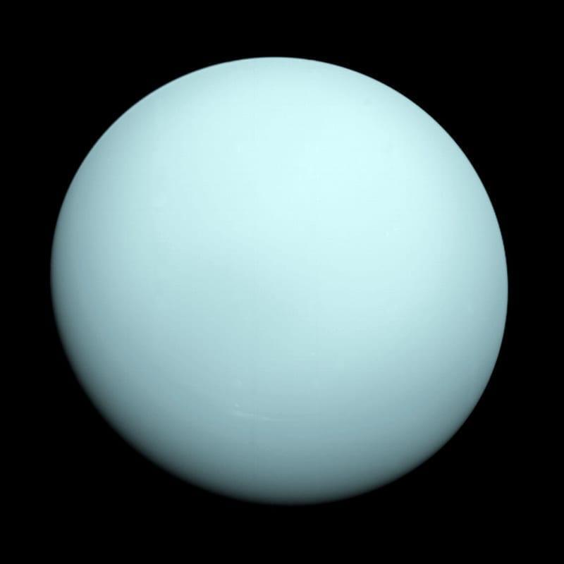 La Voyager 2 tomó esta imagen cuando se acercó al planeta Urano el 14 de Enero de 1986. El color azulado y nebuloso del planeta se debe al metano en su atmósfera, que absorbe las ondas de luz rojas. Image Credit: NASA/JPL-Caltech