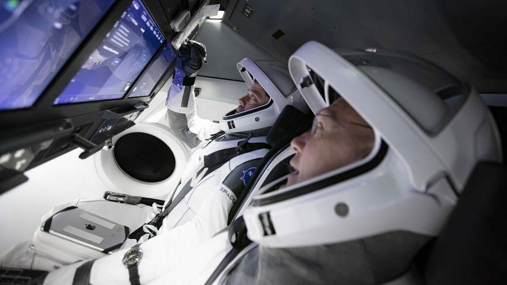 Behnken y Hurley estuvieron entre los primeros astronautas en comenzar a trabajar y entrenarse en el vehículo espacial humano de próxima generación de SpaceX y fueron seleccionados por su extensa experiencia como pilotos de prueba y vuelo, incluidas varias misiones en el transbordador espacial. Image Credit: NASA