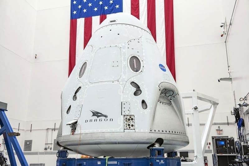 La nave espacial Crew Dragon de SpaceX se está sometiendo a los preparativos finales en la Estación de la Fuerza Aérea de Cabo Cañaveral, Florida, para su vuelo de prueba Demo-2, cuyo lanzamiento ha sido programado para el próximo 27 de Mayo. Image Credit: NASA