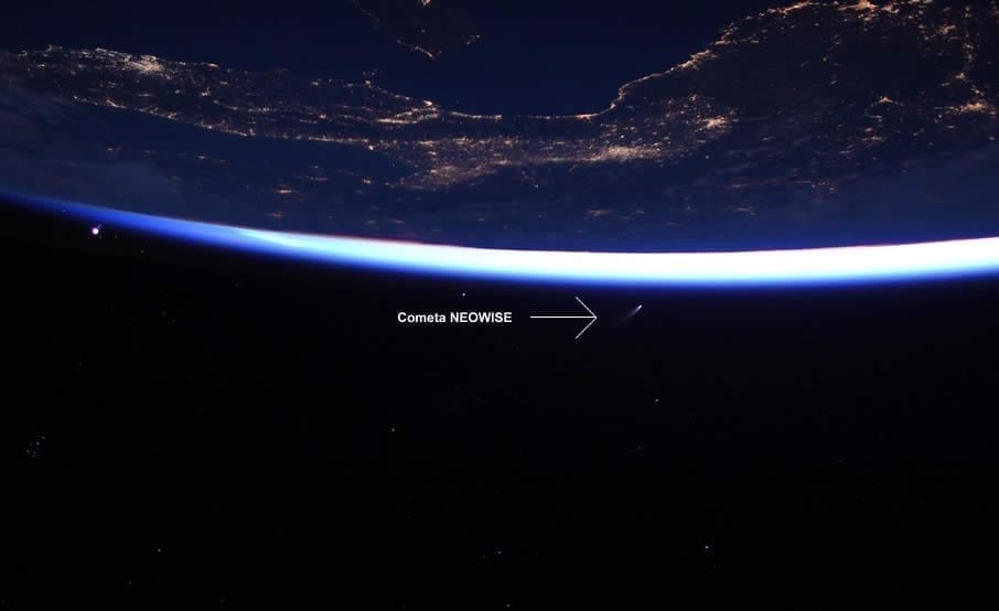 Los astronautas a bordo de la Estación Espacial Internacional captaron esta imagen del cometa NEOWISE. Image Credit: NASA