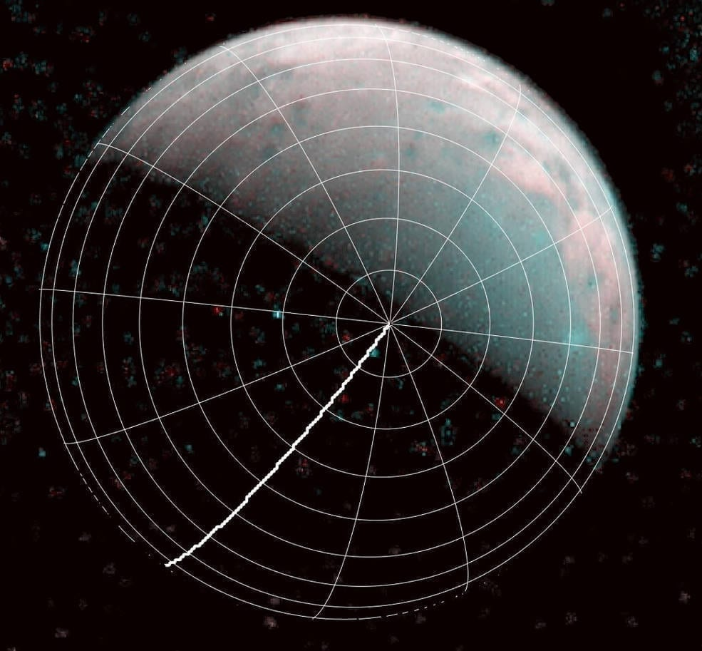 El polo norte de Ganímedes se puede ver en el centro de esta imagen tomada por el istrumento infrarrojo JIRAM a bordo de la nave espacial Juno de la NASA el 26 de Diciembre de 2019. La línea gruesa marca los 0 grados de longitud. Image Creditos: NASA/JPL-Caltech/SwRI/ASI/INAF/JIRAM