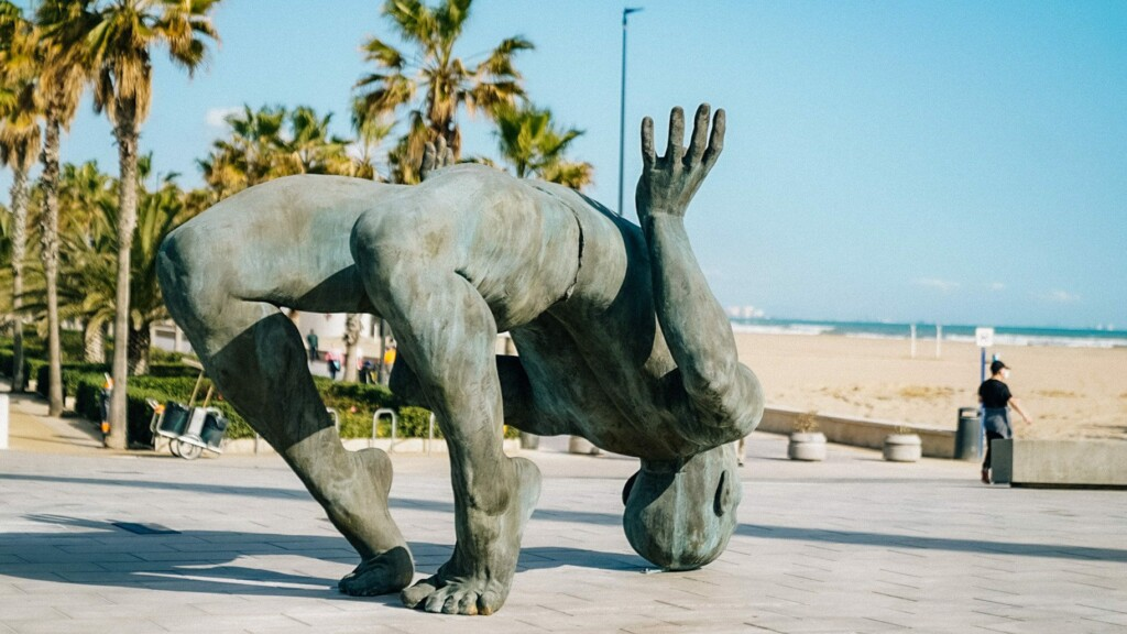 Coderch Malavia exhiben su obra 'Gigante de sal' en La Marina de València