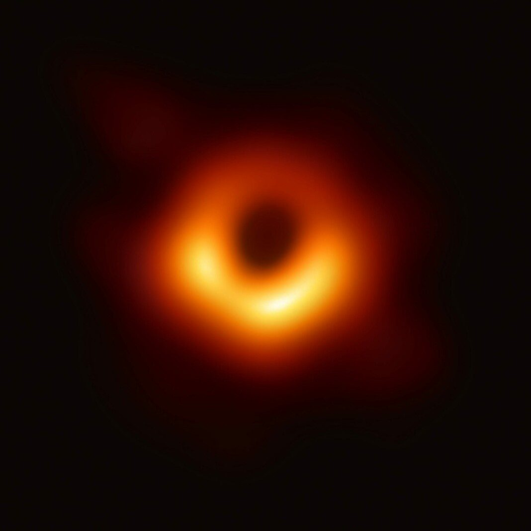 Agujeros Negros. De Event Horizon Telescope, uploader cropped and converted TIF to JPG - https://www.eso.org/public/images/eso1907a/ (image link) The highest-quality image (7416x4320 pixels, TIF, 16-bit, 180 Mb), ESO Article, ESO TIF, CC BY 4.0, https://commons.wikimedia.org/w/index.php?curid=77925953